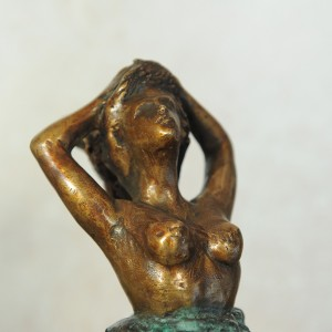 Woman to the Wind - Bronze sculpture made by Alessandro Romano